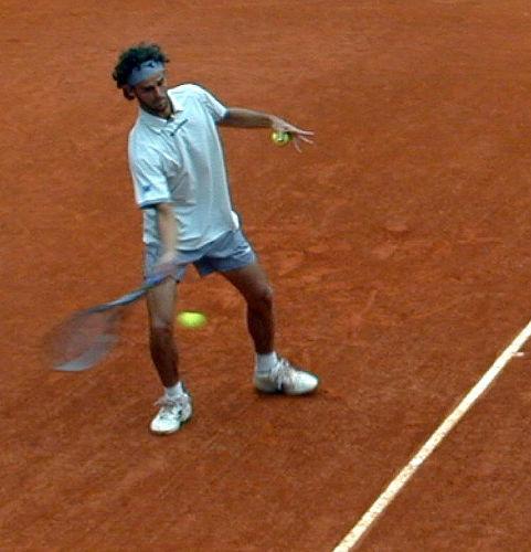 Gustavo Kuerten varmer opp, French Open 2001.