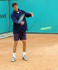 Marat Safin i French Open 2001. Mats Wilander var trener hans da, og sto noen meter unna.