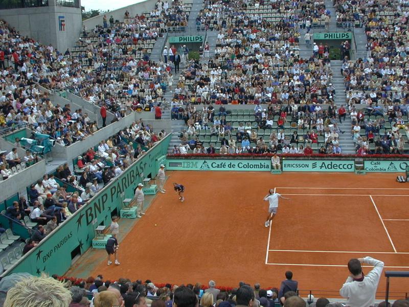 Gustavo Kuerten server på Suzanne Lenglen-banen, French Open 2001.