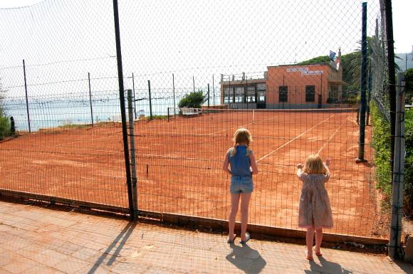 """""""Pappa, kan vi ikke stå her i solsteiken og kikke på tennisbanen helt til det kommer noen som skal trene?"""""""